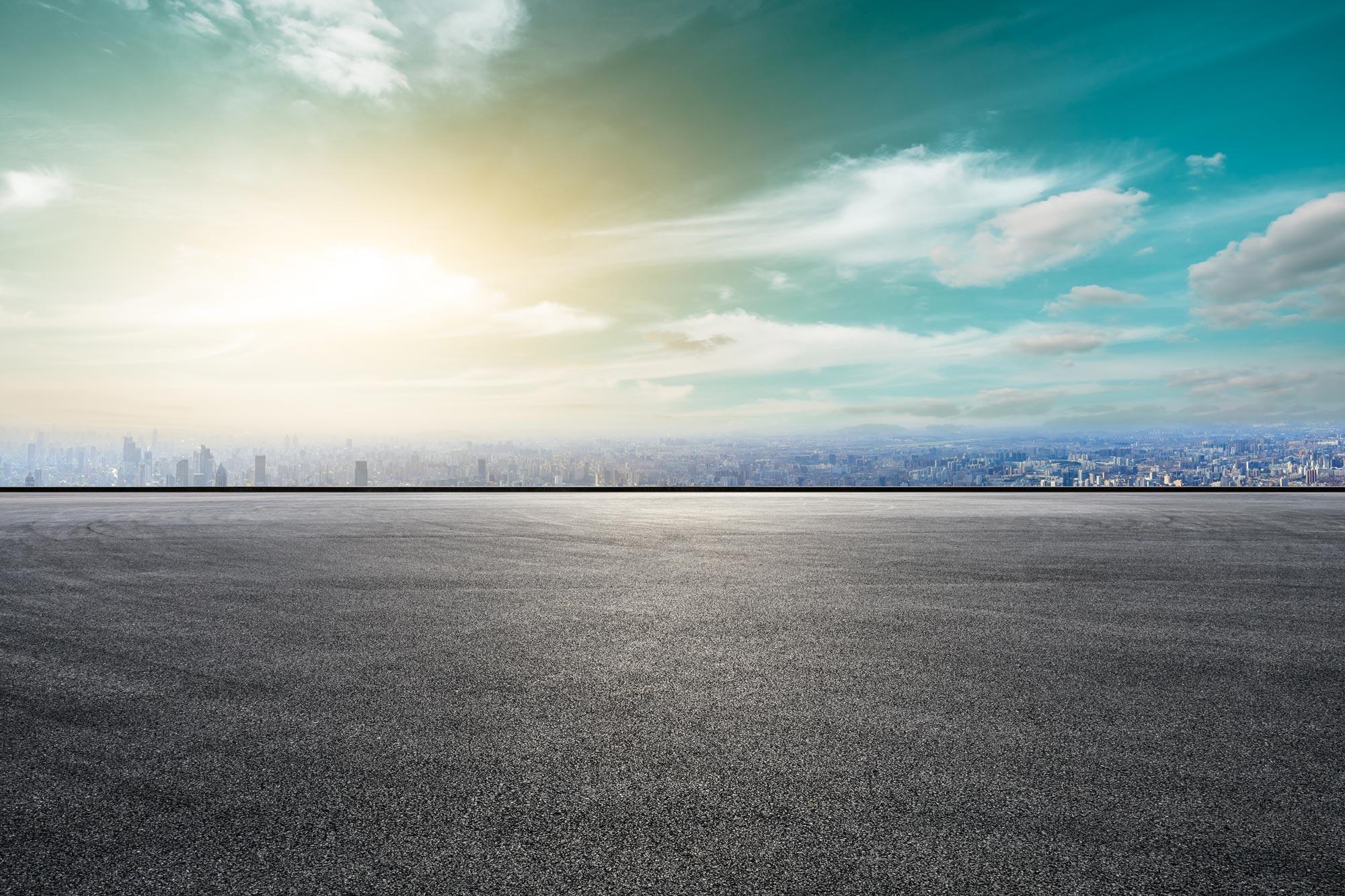 parcheggio vuoto in asfalto all'alba